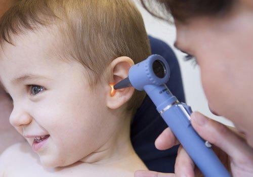 Dr. Pickert HNO Arzt mit Praxis in Bayreuth - Kind bei der Untersuchung der Ohren